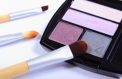 Cepillo para el maquillaje que miente en el sombreador de ojos cosmético Fotografía de archivo