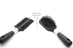 Cepillo para el pelo con las tijeras Fotografía de archivo libre de regalías