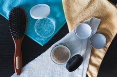 Cepillo para el pelo, gel abierto y máscara orgánica imágenes de archivo libres de regalías