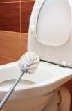 Cepillo para limpiar y la taza del inodoro Fotos de archivo