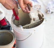 Cepillo profesional de Loading Paint Onto del pintor del cubo Fotos de archivo libres de regalías