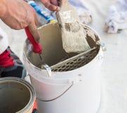 Cepillo profesional de Loading Paint Onto del pintor del cubo Fotografía de archivo