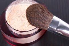 Cepillo profesional del maquillaje en el rectángulo con el polvo Fotos de archivo