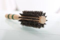 Cepillo redondo para diseñar el pelo Fotografía de archivo libre de regalías