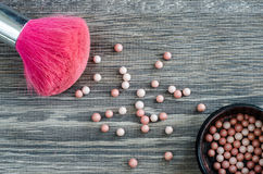 Cepillo rosado para el maquillaje y las bolas del polvo Imagen de archivo libre de regalías