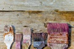 Cepillo usado en fondo de madera Accesorios para la pintura Reparación, pintura, poniendo al día el interior Servicios, pintura,  Imagen de archivo libre de regalías