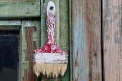 Cepillo viejo en el fondo de madera verde Imagen de archivo