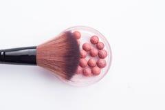 Cepillo y bola del maquillaje imagen de archivo