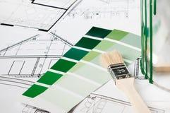 Cepillo y color para la renovación de la casa Imagen de archivo