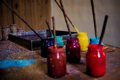 Cepillo y colores de pintura Imagen de archivo libre de regalías