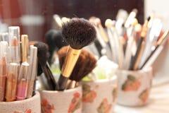 cepillo y cosméticos del maquillaje Foto de archivo libre de regalías