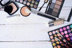Cepillo y cosméticos del maquillaje Imagen de archivo libre de regalías