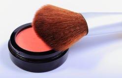 Cepillo y cosméticos para el maquillaje Imagen de archivo