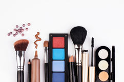 Cepillo y cosméticos del maquillaje Fotos de archivo libres de regalías