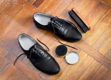Cepillo y crema de la limpieza de zapatos imagen de archivo libre de regalías