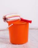 Cepillo y cubo del rodillo para la pintura de pared Fotografía de archivo