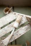 Cepillo y escalera del pintor Foto de archivo