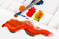 Cepillo y gama de colores viejos de pintura Fotos de archivo