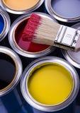 Cepillo y latas de pintura Imágenes de archivo libres de regalías