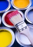 Cepillo y latas de pintura Fotografía de archivo