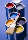 Cepillo y latas de pintura Imagen de archivo libre de regalías