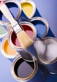 Cepillo y latas de pintura Imagenes de archivo