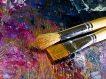 Cepillo y paleta con las pinturas de aceite Fotografía de archivo