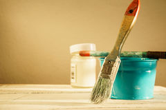 Cepillo y pintura del artista Imagen de archivo