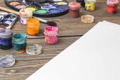 Cepillo y pintura en una tabla Imágenes de archivo libres de regalías