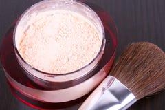 Cepillo y rectángulo profesionales del maquillaje con el polvo Imagenes de archivo