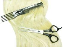 Cepillo y tijeras de pelo en pelo rubio Fotos de archivo libres de regalías