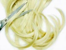 Cepillo y tijeras de pelo en pelo rubio Imagenes de archivo