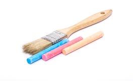 Cepillo y tizas de pintura Imágenes de archivo libres de regalías