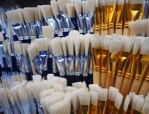 Cepillos blancos y azules para pintar en la tienda del arte imagen de archivo