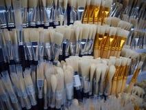 Cepillos blancos y azules para pintar en la tienda del arte fotos de archivo libres de regalías