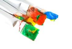 Cepillos con las pinturas. Fotografía de archivo