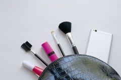 Cepillos cosméticos del maquillaje profesional en un fondo blanco El concepto de belleza y de moda Endecha del plano de la visi?n imagen de archivo