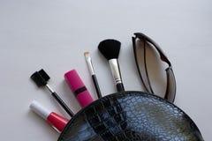 Cepillos cosm?ticos del maquillaje profesional en un fondo blanco El concepto de belleza y de moda Endecha del plano de la visi?n imagenes de archivo