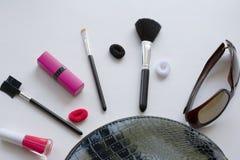 Cepillos cosm?ticos del maquillaje profesional en un fondo blanco El concepto de belleza y de moda Endecha del plano de la visi?n fotos de archivo