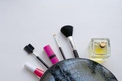 Cepillos cosm?ticos del maquillaje profesional en un fondo blanco El concepto de belleza y de moda Endecha del plano de la visi?n fotografía de archivo libre de regalías