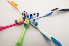 Cepillos de dientes coloridos en el fondo blanco con el espacio de la copia Macro Fotos de archivo libres de regalías