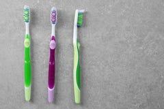 Cepillos de dientes coloridos en fondo Fotografía de archivo