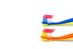 Cepillos de dientes con crema dental Imagen de archivo libre de regalías