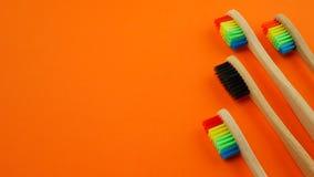 Cepillos de dientes en fondo anaranjado metrajes