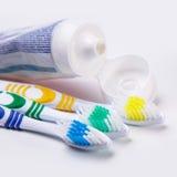 Cepillos de dientes en la tabla Fotos de archivo libres de regalías