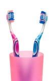 Cepillos de dientes en la taza, primer Imagenes de archivo