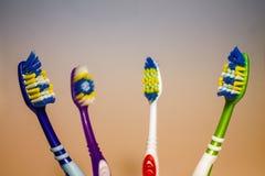 Cepillos de dientes en un fondo ligero Imagen de archivo