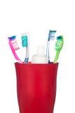 Cepillos de dientes en una taza Imagen de archivo