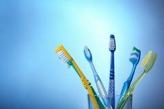 Cepillos de dientes en vidrio Imagen de archivo