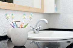 Cepillos de dientes en vidrio Fotos de archivo libres de regalías
